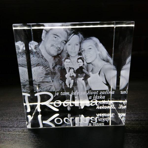 """alt=''rodinna fotografia v sklenenom kristalovej kocke"""""""